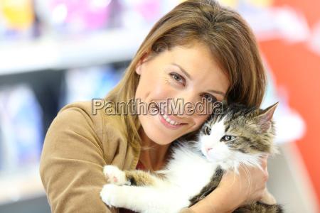 portraet af smilende kvinde holding cat