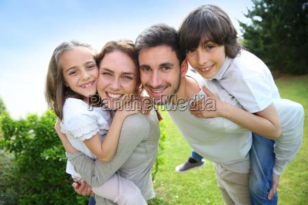 portraet af en lykkelig familie pa