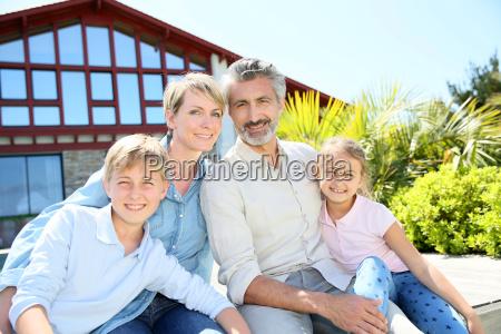 lykkelig familie pa fire sidde foran