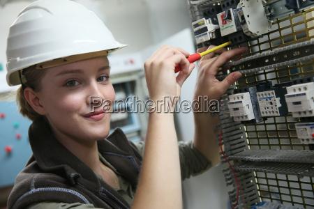 ung kvinde i erhvervsuddannelse oprette elektriske