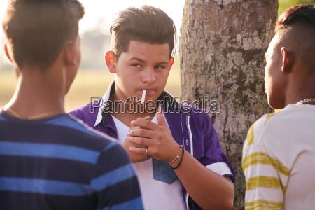 gruppe teenager boy smoking cigarette mit