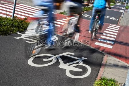 cykel vejskilt og cykelryttere