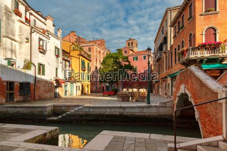 farverig lateral canal og bro i
