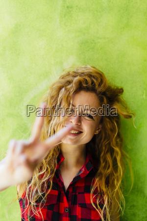 portraet af smilende kvinde viser victory
