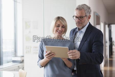 forretningsmand og kvinde der har et