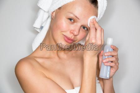 smuk brunette kvinde fjerne makeup fra