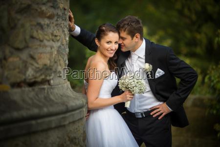 smukke glade younf bryllup par i