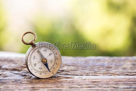 vintage kompas pa trae baggrund
