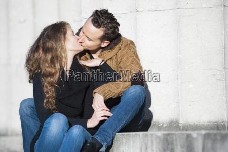 romantisk par kysse samtidig sidder pa