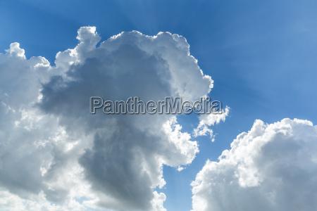 bla himmel med skyer