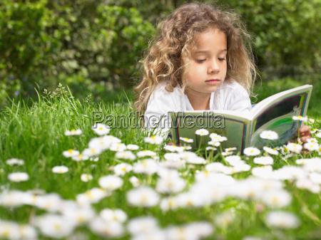 ung, pige, liggende, i, græsset, læsning - 18235692
