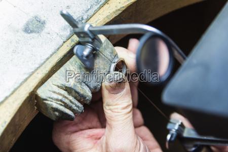 hand handvaerker makrooptagelse naerbillede arbejdsplads smykker