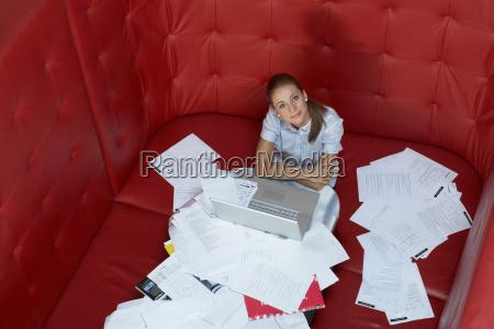 forretningskvinde, der, arbejder, ved, et, bord - 18288816