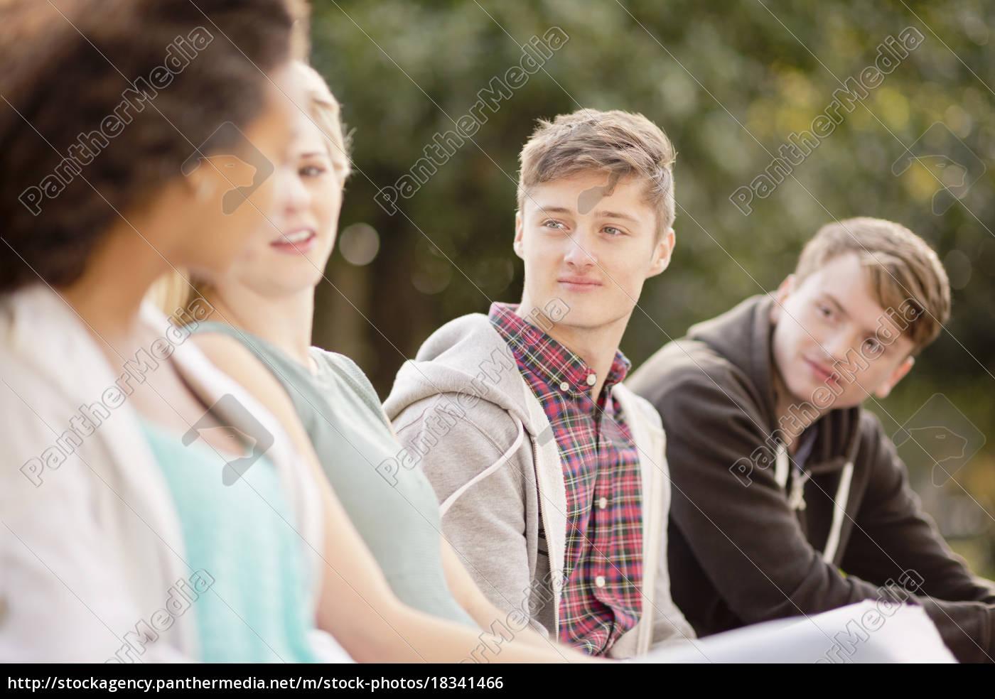 fire, unge, voksne, venner, chatter, i - 18341466