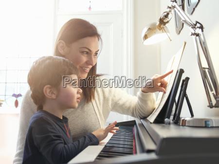 fnise smiler hjemme fritid musik klang