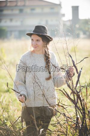 ung kvinde ifort hat rorende planter