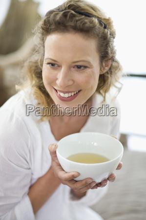 midaldrende kvinde drikker te