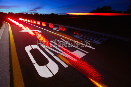 sloret baglygter pa en motorvej