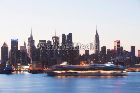 manhattan skyline og cruise boat i