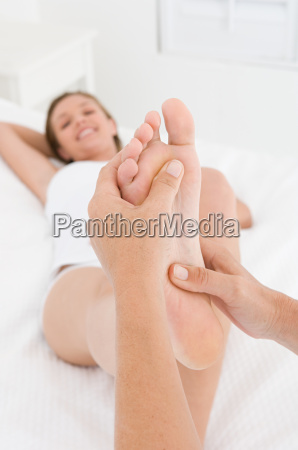 en kvindeder har en fodmassage