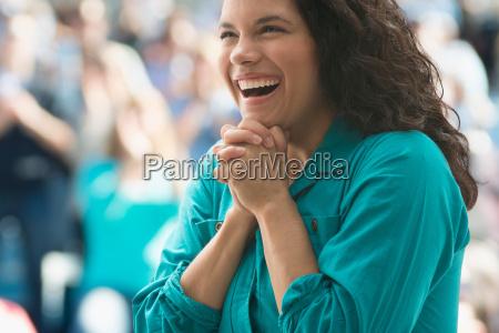 kvinde fnise smiler bluse sport kvindelig