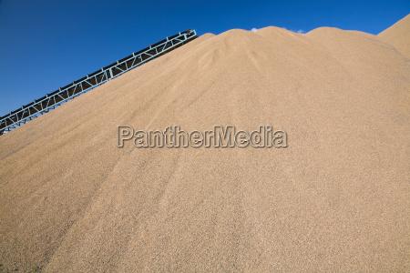 transportband over sandhoj ved stenbrud