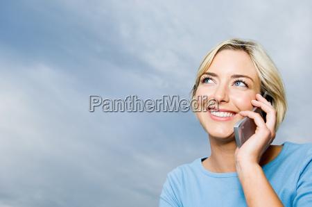 kvinde der bruger mobiltelefon
