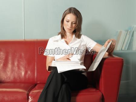 kvinde, der, læser, en, rapport - 18742550