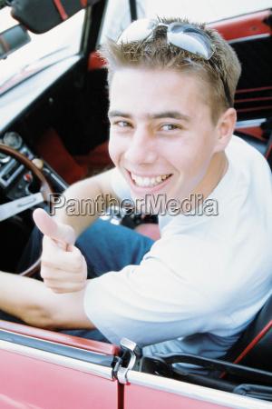 ung mand i sportsvogn