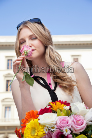 ung kvinde ildelugtende steg fra buket