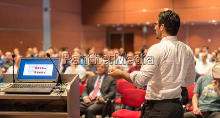 offentlig taler der taler ved business