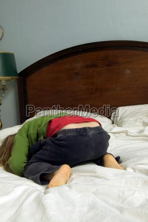 ung, pige, liggende, på, sengen - 18881998
