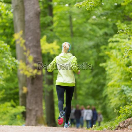 sporty ung kvindelig lober i skoven
