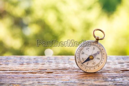 vintage kompas pa traebord og bokeh