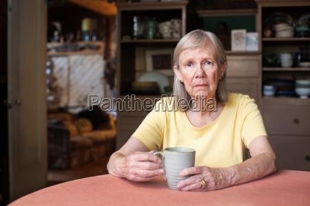senior kvinde med deprimerede udtryk