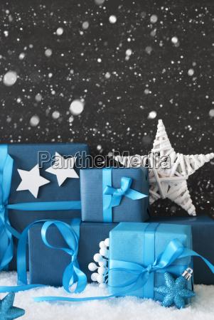 lodrette bla julegaver sort cement vaeg