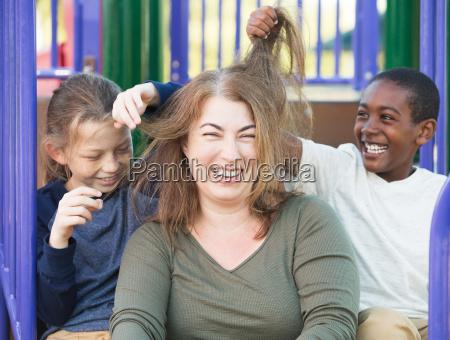 sonner leger med har af mor