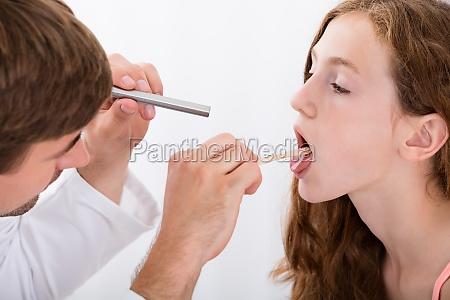 close up af doctor undersogelse girl
