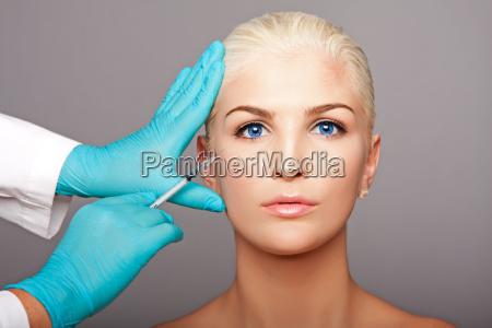 kosmetisk plastikkirurg injicerer aestetik ansigt