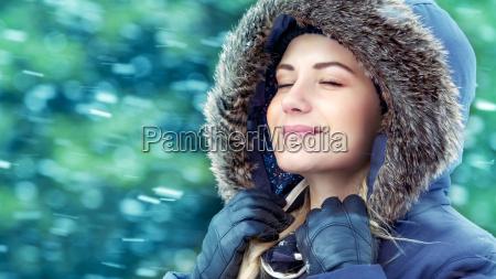 lykkelig kvinde i vinteren park