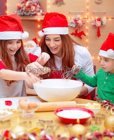 lykkelig familie forbereder til jul
