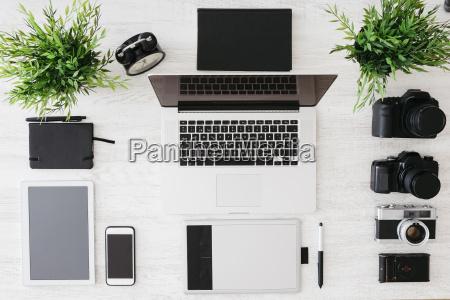 desk af fotograf med laptop kamera