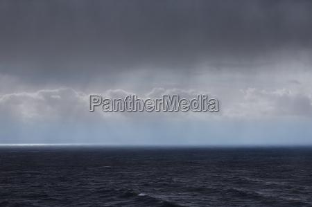 skyer og regn over havet seascape