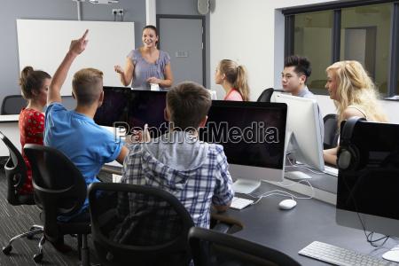 gruppe af studerende med kvindelige tutor