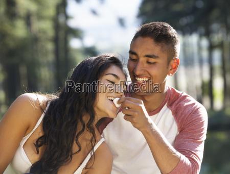 ungt par nyder picnic pa landet