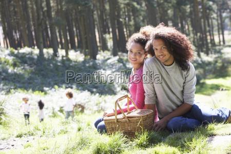 familie med picnic i landskabet