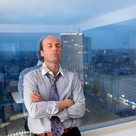 hombre de negocios apoyado contra la