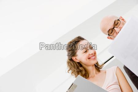 2 forretningsfolk studerer papirer