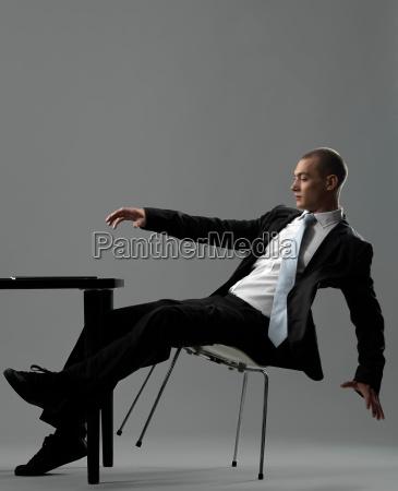 forretningsmand der falder fra stolen