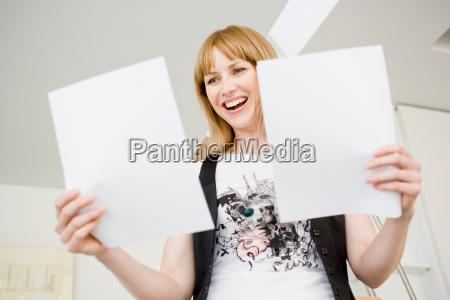 forretningskvinde, studere, papirer - 19474670